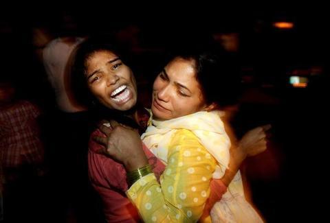 Lahore, almeno 56 morti, 45 cristiani, donne e bambini